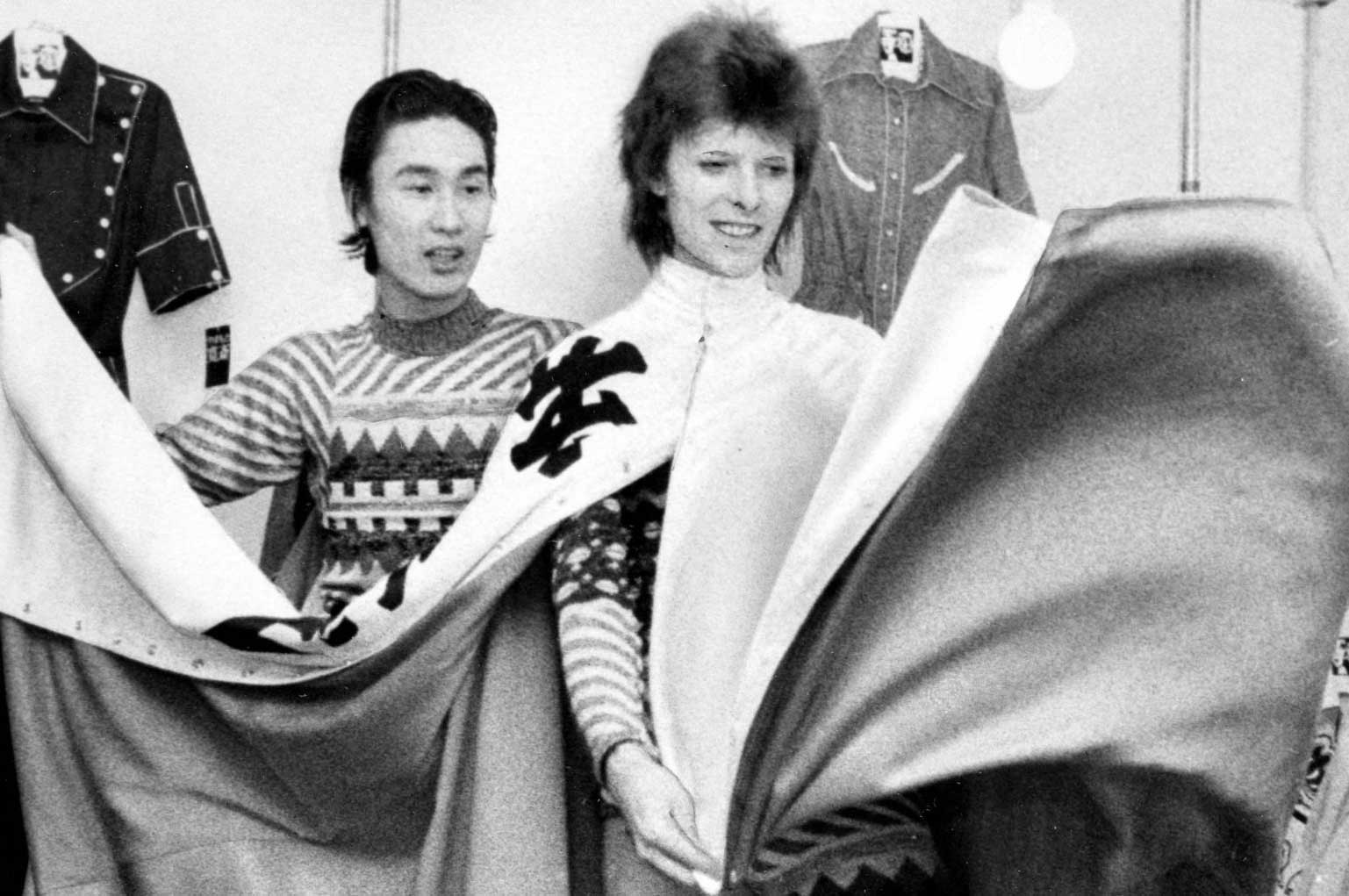 ¿Quién fue Kansai Yamamoto, el diseñador detrás de los atuendos de David Bowie?