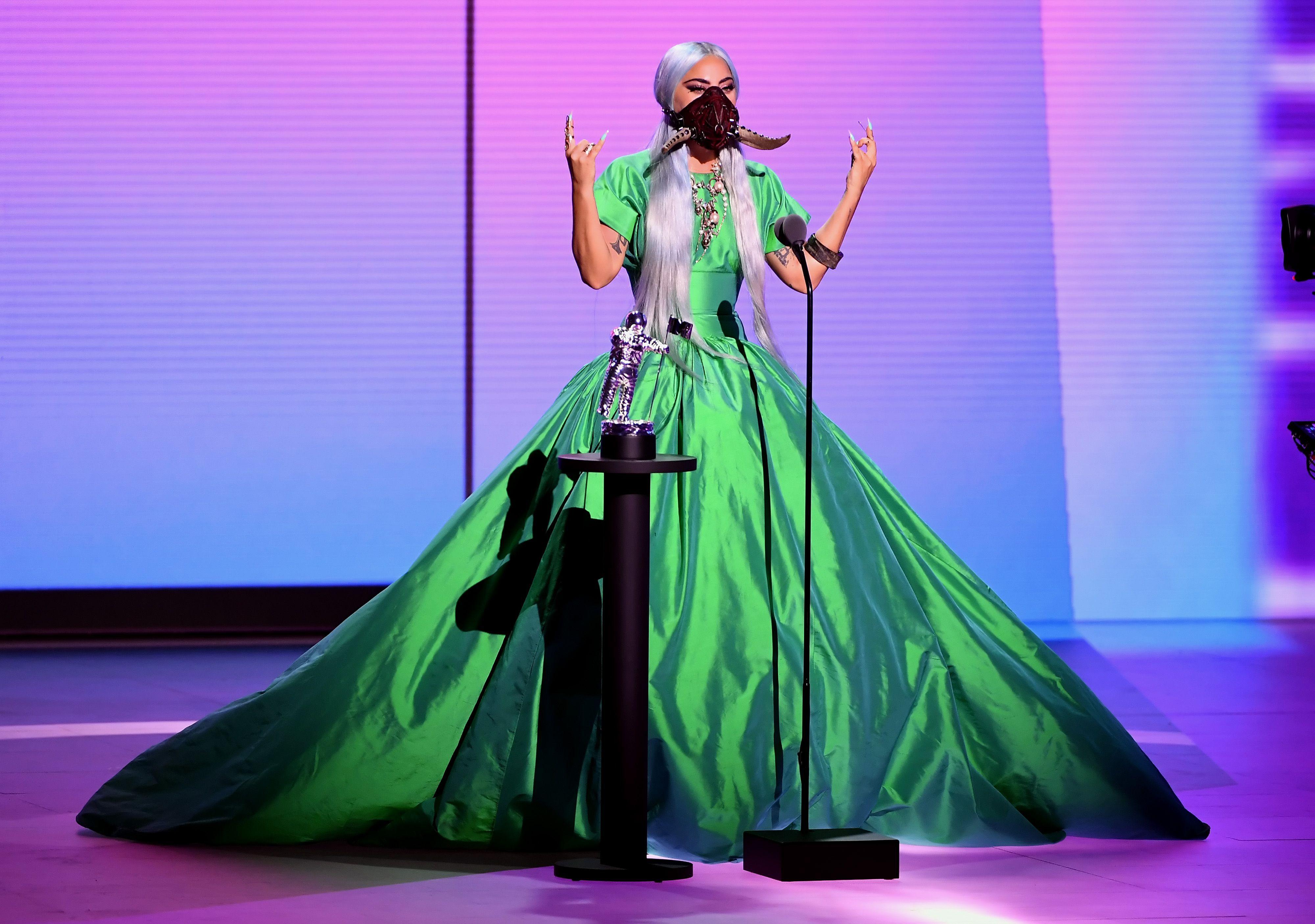 Los diseñadores detrás de todos los outfits de Lady Gaga en los VMAs 2020