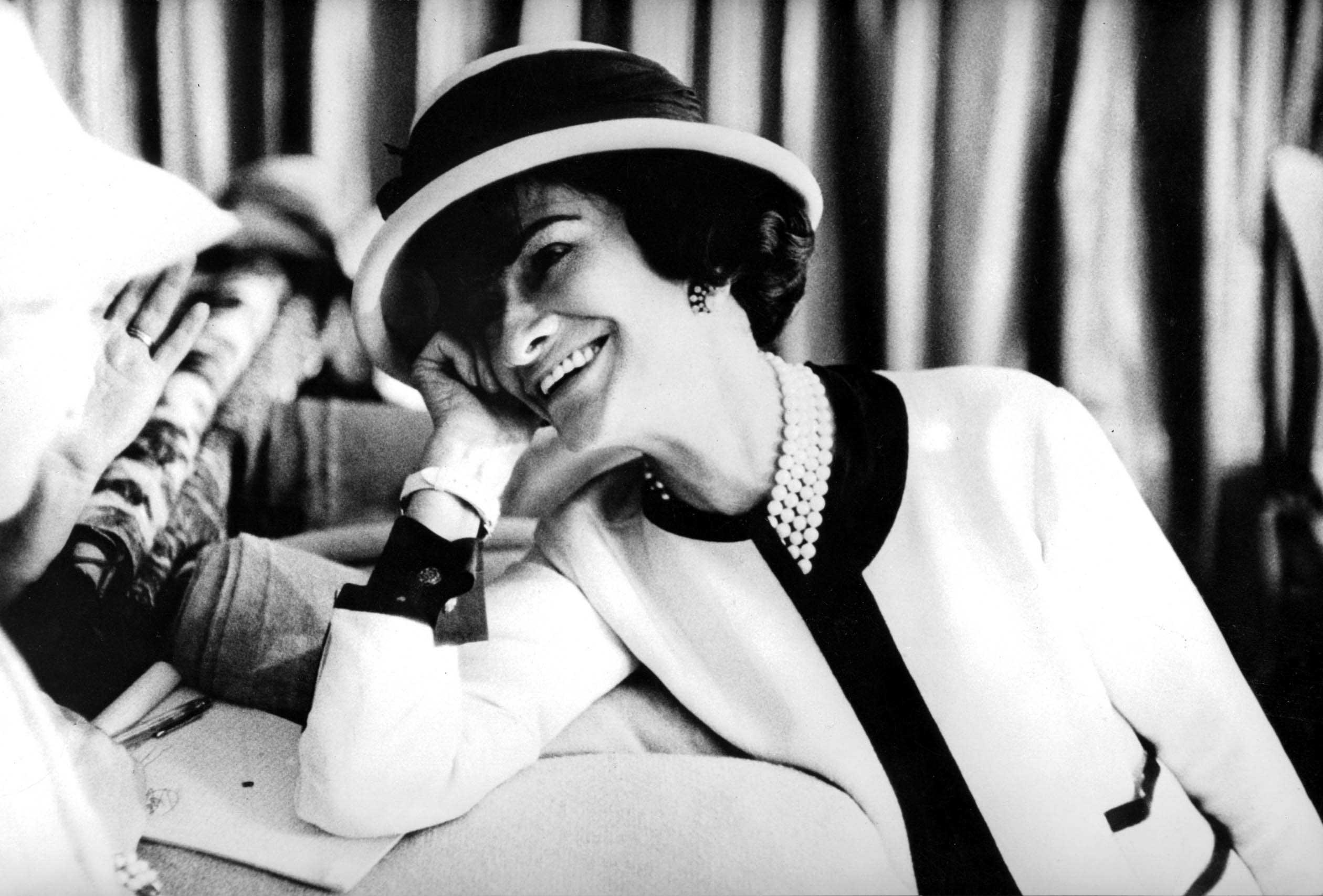 Las imprescindibles lecciones de estilo y de vida que Coco Chanel nos enseñó