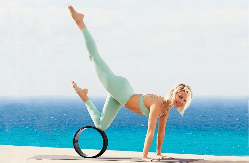 Así debes usar una rueda de yoga para estirar, como lo hace Kate Hudson