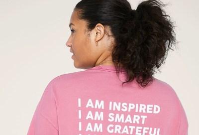 Victoria's Secret celebra a las mujeres con sus T-shirts PINK edición especial