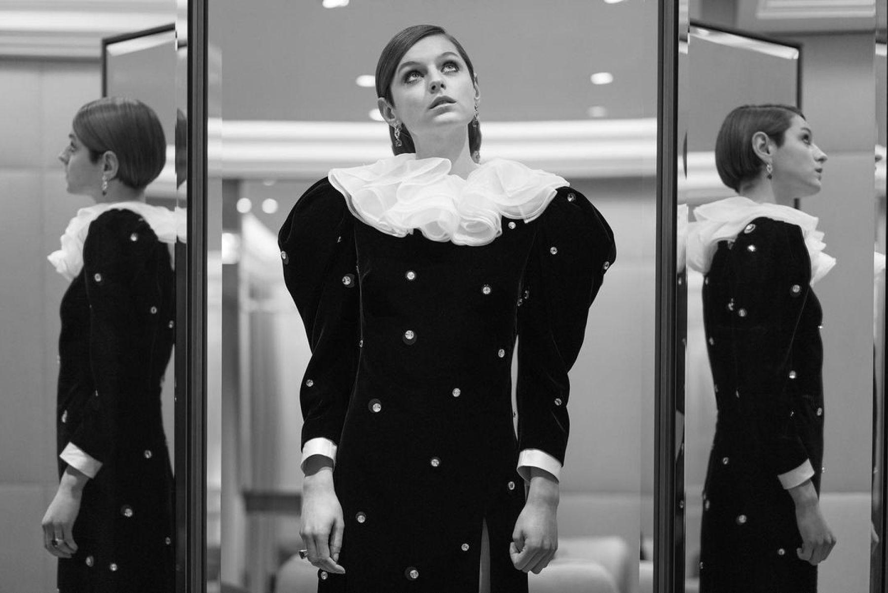 Emma Corrin sortea para fines benéficos el vestido Miu Miu que usó en los Golden Globes 2021