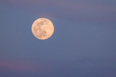 ¡Prepárate para la superluna rosa a finales de abril!