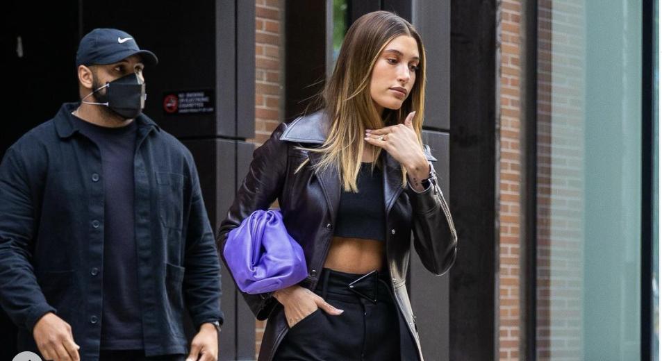 Celebrity Style: Hailey Bieber ya llevó el bolso color jacaranda que querrás para primavera-verano