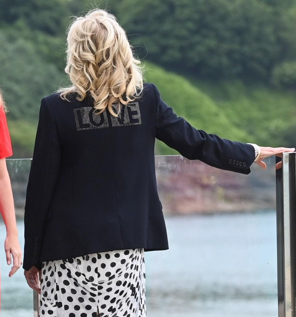 La primera dama Jill Biden manda un mensaje de amor a través de su outfit