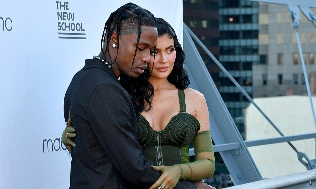Celebrity Style: Kylie Jenner parece confirmar su regreso con Travis Scott en un vestido vintage de Jean Paul Gaultier
