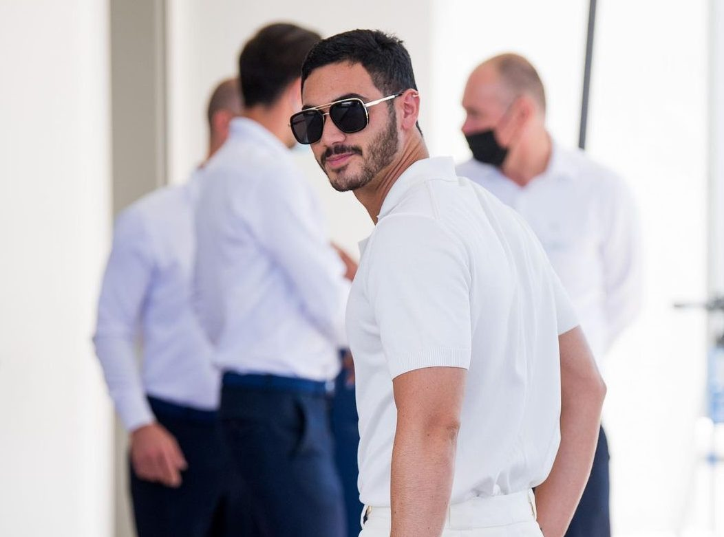 Alejandro Speitzer triunfa con un total white en su primera vez en Cannes