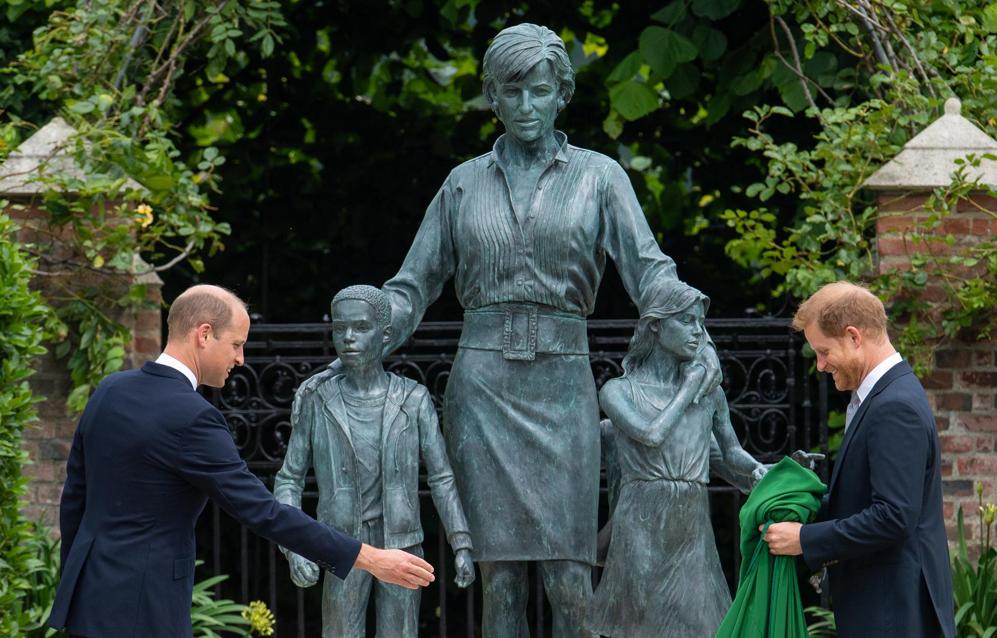 William y Harry se reencuentran en la inauguración de la estatua de su madre, Diana