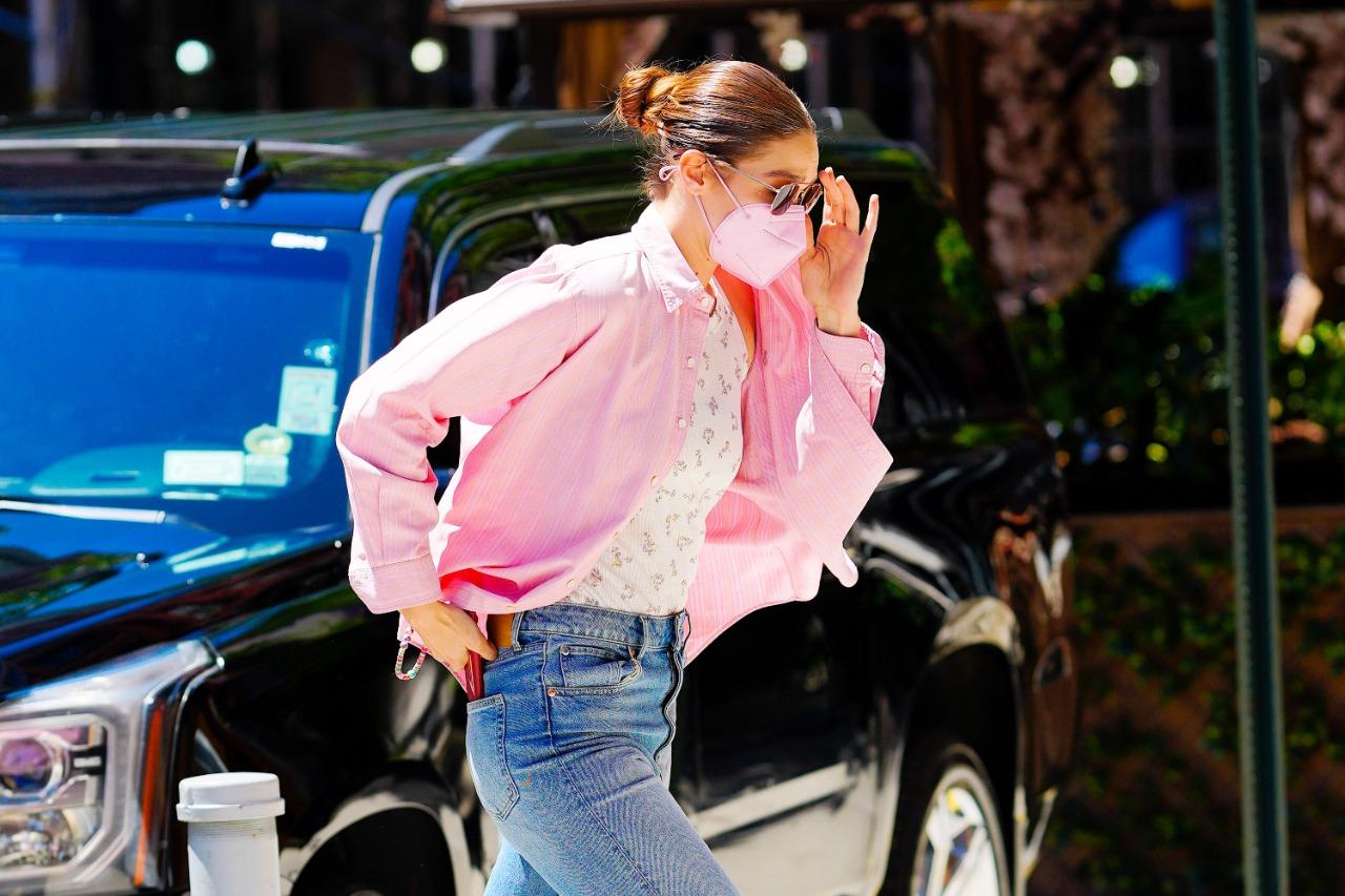 Celebrity Style: el outfit más relajado de Gigi Hadid incluye una camisa rosa y botas vaqueras