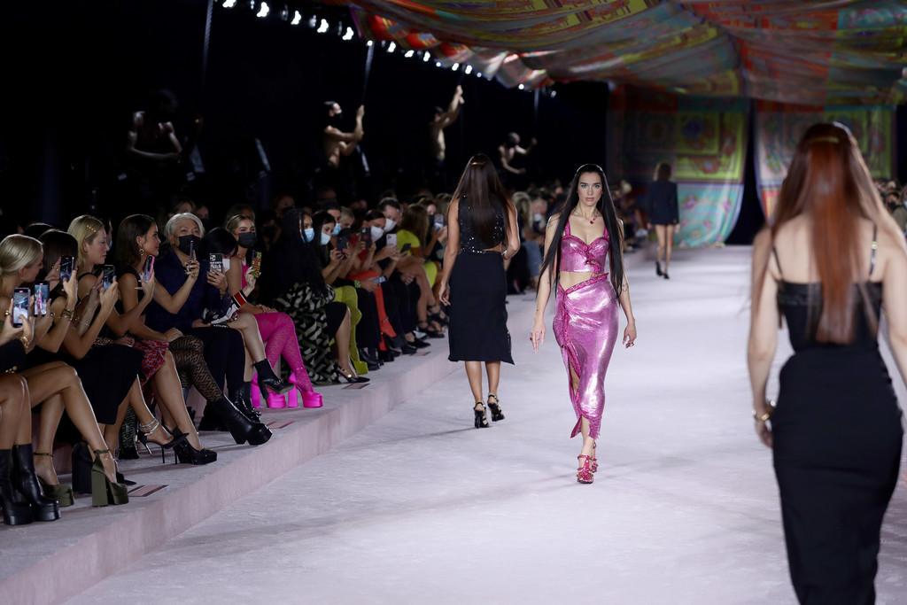 Dua Lipa abre el desfile de Versace en la Semana de la Moda de Milán 2021